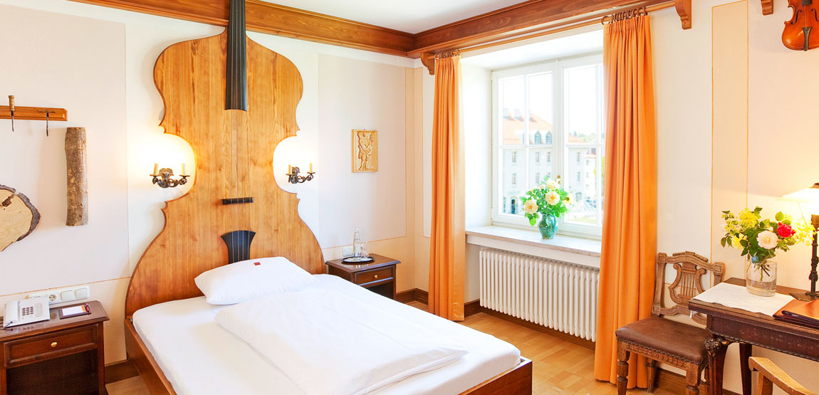 Double room Hotel Füssen with violin maker Füssen theme
