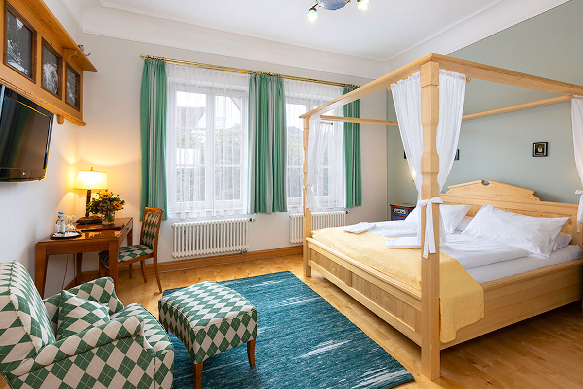 Superior double room with four poster bed close to Neuschwanstein