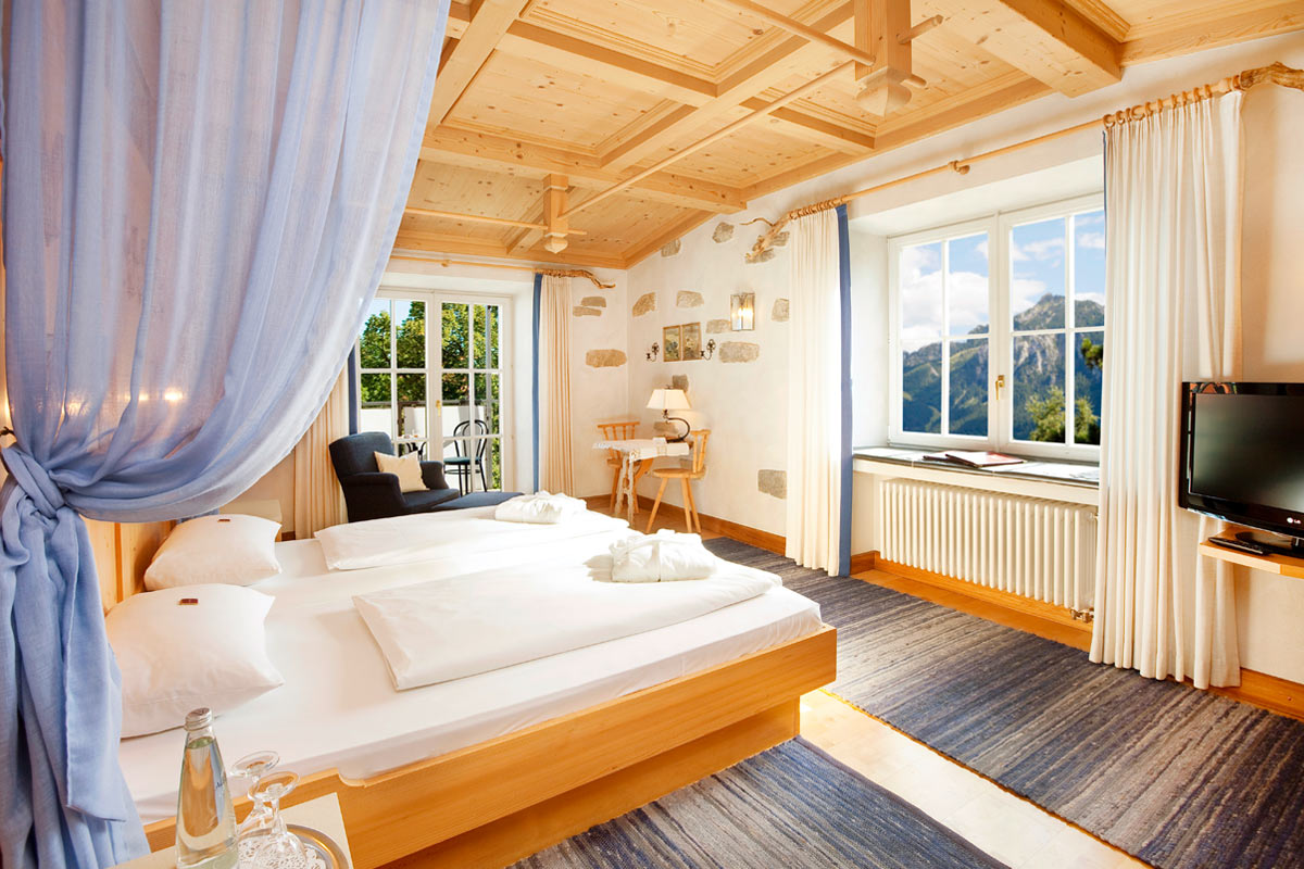 Luxury double room Hotel Füssen with view over the mountains and Füssen