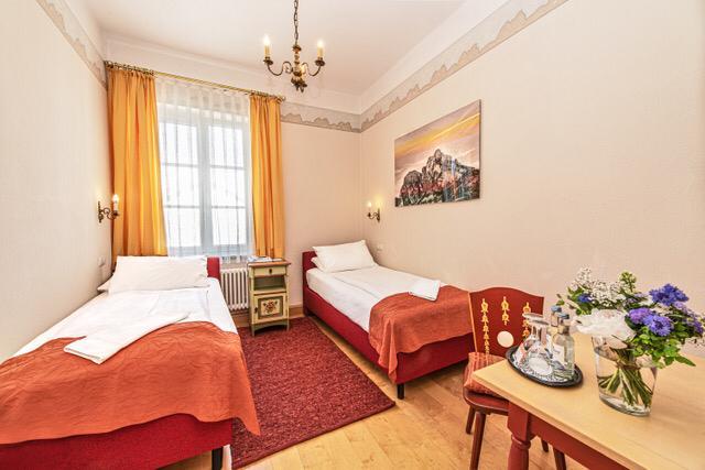 edle doppelzimmer im hotel hirsch in f ssen. Black Bedroom Furniture Sets. Home Design Ideas